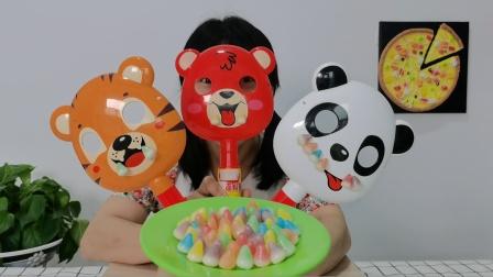美食开箱:小姐姐戴卡通动物面具吃糖果,老虎熊猫和小熊果味酸甜