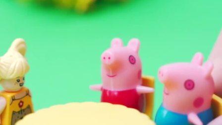 小猪佩奇带弟弟乔治来吃饭,他们先来到了蛋糕店,点了一份草莓派