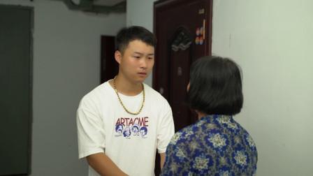 母亲找儿子借钱给父亲看病,却被儿媳气走,儿子做法很感人