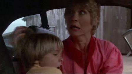 狂犬惊魂:短发女被变异狗盯上,谁知汽车又没油了,真是惨啊