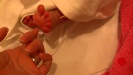 出生第一晚的新生儿,这小手小脚还有小酒窝,心都被他给萌化了!