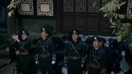 王爷府一群警署探员严阵以待,宝物被神偷李三当众抢走