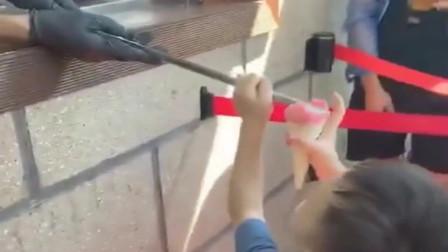 土耳其网红冰淇淋,连小孩子都调戏,自从哭了30分钟他就老实了。