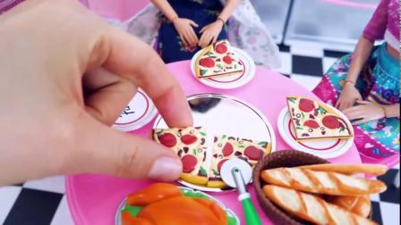 国外儿童时尚,小萝莉玩厨房玩具,做迷你披萨看着还不错!
