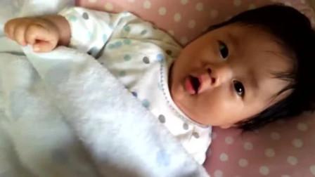 宝宝费老大劲才把毯子踢掉,不料妈妈立马盖回,宝宝的反应好可爱