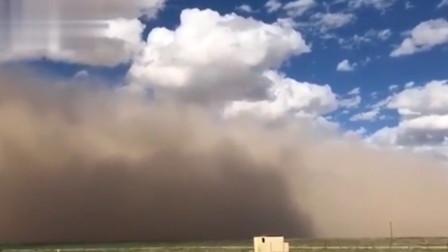 内蒙古阿拉善现强沙尘暴 巨型沙墙淹没蓝天
