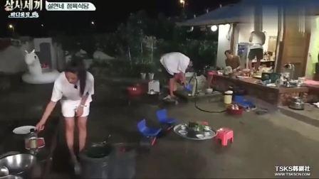 《三时三餐》雪炫烤牛肉时下雨,尹均相帮忙撑伞,如电影龙猫场景