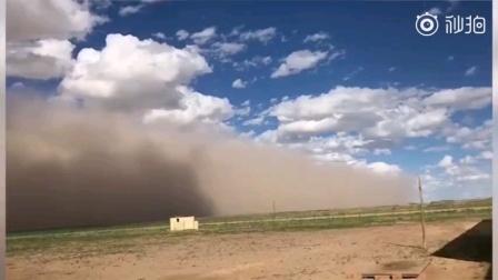 1日18时50分内蒙古阿拉善盟吉兰泰地区出现强沙尘暴。此次沙尘暴极大风速为20.8米/秒,最小能见度239米。阿盟气象台提前发布了沙尘暴黄色预警信号。/燃新闻