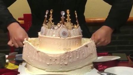 男朋友送我的生日蛋糕,打开方式我自闭了,你把包装吃了吧!