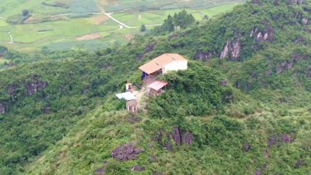 航拍广西的一座山,山顶上有一瓦房,不知哪位先生在此隐居