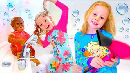 萌宝玩具故事:真棒!小萝莉是如何帮猩猩洗澡的?