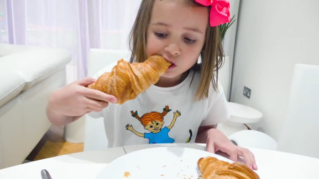 萌娃小可爱早上起来自己做了面包吃,真是乖巧懂事的好孩子呢!