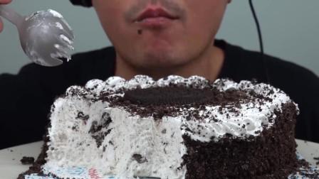 大叔吃奥利奥冰淇淋蛋糕,看着就好吃!