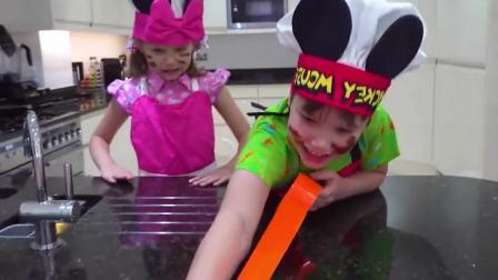 国外儿童时尚,妹妹和哥哥一起做蛋糕,太好玩啦