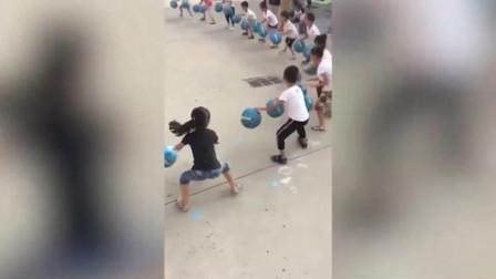 幼儿园孩子围成一圈,集体拍球动作整齐,视频在国外播放超3000万