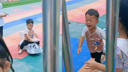 萌娃第一天上幼儿园,原本玩得挺开心,没想到看到妈妈后一秒变脸大哭