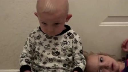 弟弟被爸妈惩罚,姐姐超心疼,没想到下一秒瞬间被弟弟的眼神雷到