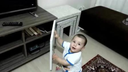 宝宝每次开柜子都被爸爸关上,气得宝宝狂飚婴语,那场面太萌了!
