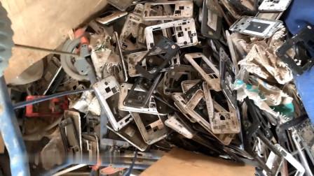 垃圾堆翻到iPhone 7手机,回家修复翻新后价格上涨好多倍。