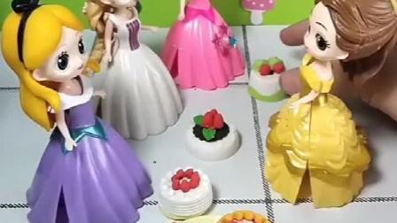 贝儿公主有草莓蛋糕,给其她小公主分了点,剩下的要留给白雪妹妹