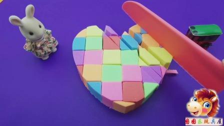 儿童过家家游戏:太空沙做了个生日蛋糕,切开分给小朋友们