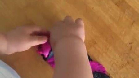 小娃踩板凳做馒头,手法比面点师傅还熟练,还能变出新花样!