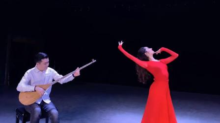古丽米娜的一段乐舞,像一团红色的火焰,明眸善睐,舞姿翩跹!