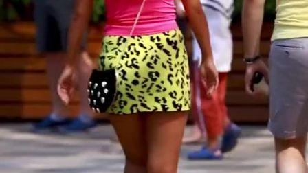 户外街拍性感辣妹,身材火辣,青春时尚气场十足