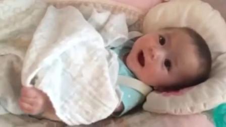 小宝宝和妈妈聊天,没想到奶声奶气的叫了一声妈妈,心瞬间萌化了