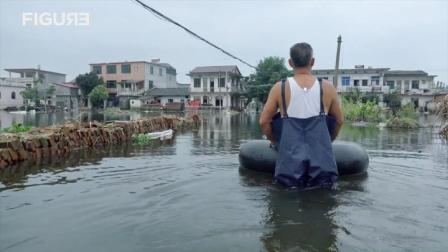 江西村民受洪灾,住亲戚家被嫌弃,竟回家划着轮胎度过三十天