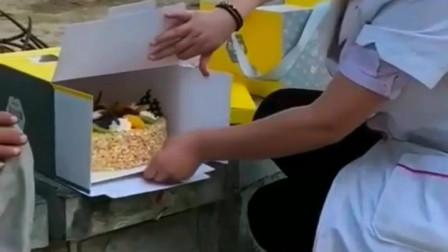 流浪老人从来没过生日,一位小姐姐送来了生日蛋糕。