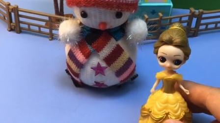 路边有一个雪人,贝儿以为这是白雪堆的,就把雪人给弄地上了