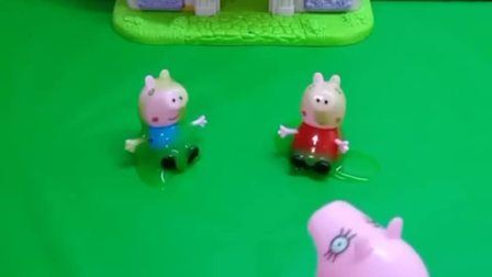 佩奇乔治玩跳泥坑了结果弄得满身脏妈妈给佩奇乔治洗干净了