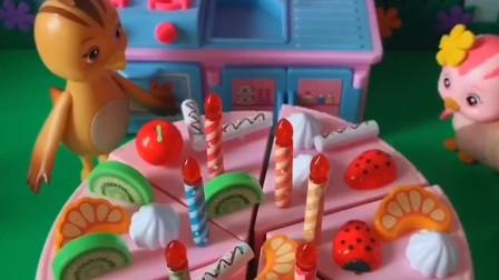 朵朵过生日,妈妈给朵朵做大蛋糕,妈妈还在蛋糕上放了朵朵爱吃的草莓!