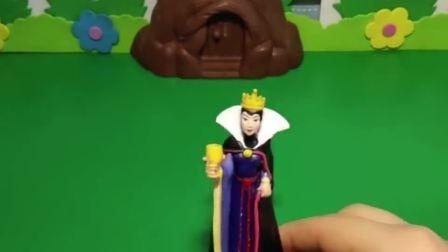 王后给白雪和贝儿做了皇冠收纳盒,还在收纳盒里放了钻石,王后再也不偏心了