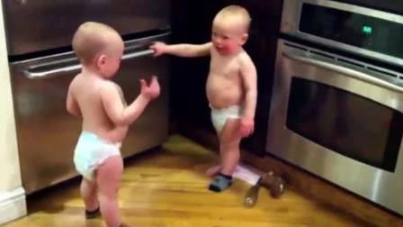 双胞胎宝宝用婴语聊天,全程一本正经狂飙火星语,那场面太好笑了