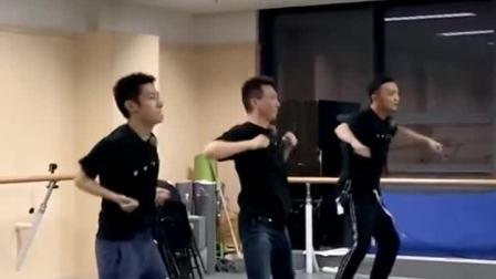 """康辉#撒贝宁#尼格买提合体练舞跳出了""""群魔乱舞""""的步伐你们说央视boys成团还有希望吗"""