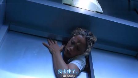 电梯惊魂一幕,女子被活生生压,看得人头皮发麻