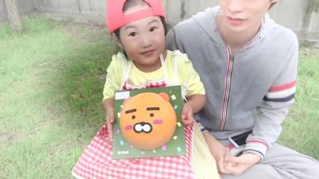 国外儿童时尚,宝宝和哥哥吃小熊冰淇淋蛋糕