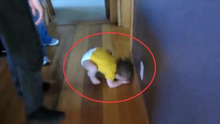 宝宝撅屁股趴地上哇哇哭,妈妈心疼的抱起,没想到却被宝宝套路了