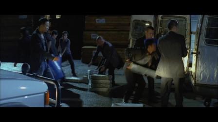 任达华和小弟们在码头收货,想不到早就被包围了