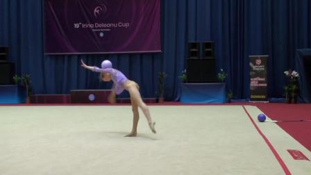 惊了!意大利14岁天才少女体操动作绝美 如精灵在林间起舞
