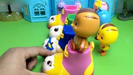小猪佩奇玩具:僵尸来抢萌鸡们的溜溜鞋,被植物炮弹打趴下了