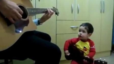 爸爸基因太强大了,还没多大的宝宝就会弹吉他,爷俩配合得天衣无缝