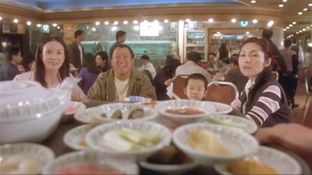 小气鬼一家为了占便宜,4人分4桌坐,结果只花四块钱就吃了四只鸡!