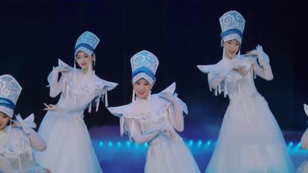 羌族女子群舞《云上》,金星点评:白裙飘飘,仙女窈窕,太美了!