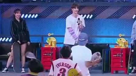 滑板选手穿着绿裤子上场,王一博直言很喜欢,程潇都笑了!