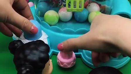 大头和妹妹一起玩抓蛋机,可是妹妹都不完,原来妹妹是要玩游戏呀
