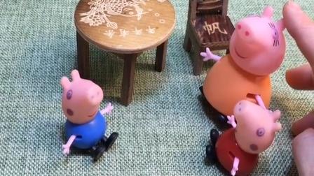 猪妈妈和佩奇回来了,让乔治拿小猪包一起吃,结果乔治把包吃了!