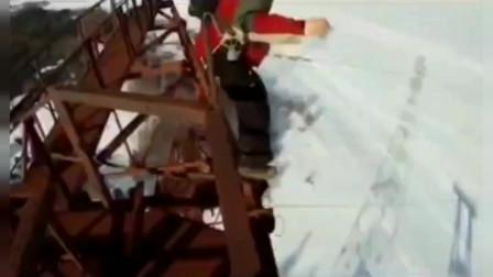 大哥有降落伞也摔死啦 哈哈十万的蛐蛐 搞笑配音三哥解说